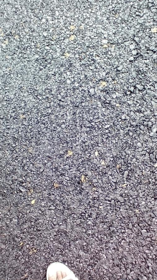 Дорога асфальта сделанная со смолкой и каменными обломоками предпосылка стоковые изображения rf