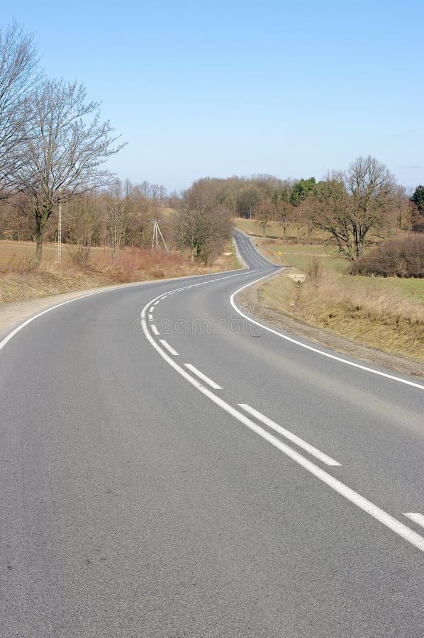 Download дорога асфальта стоковое изображение. изображение насчитывающей трава - 18397711