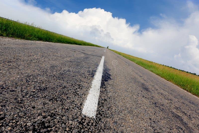 Дорога асфальта под славным небом стоковое изображение