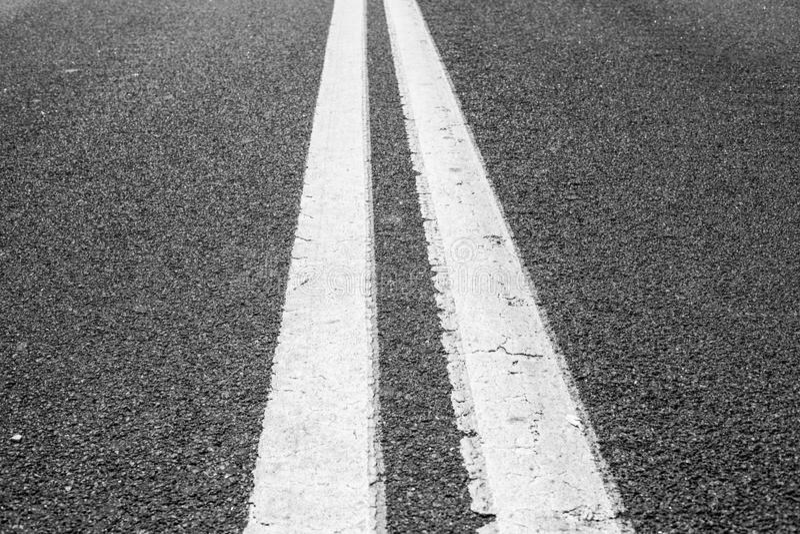 Дорога асфальта сдвоенных линий стоковое фото rf
