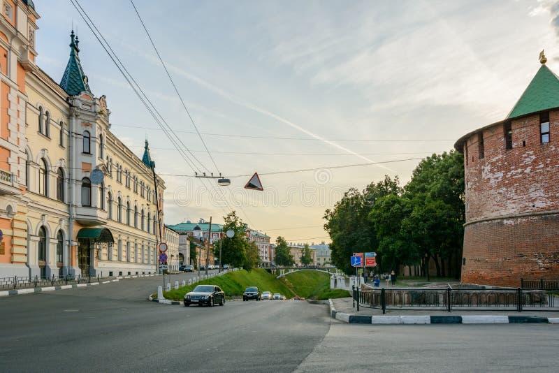 Дорога бежать вдоль стен Кремля в Nizhny Novgorod, России ориентир ориентир перемещения стоковые изображения