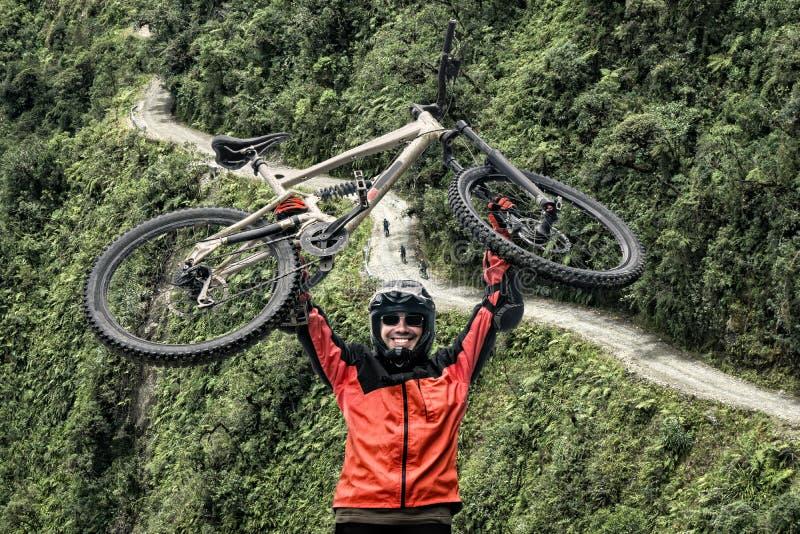 Дорога велосипедиста горы точки зрения Боливии смерти стоковые фотографии rf