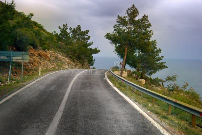 Дорога взморья Отключение автомобиля вдоль побережья Средиземного моря стоковые фото
