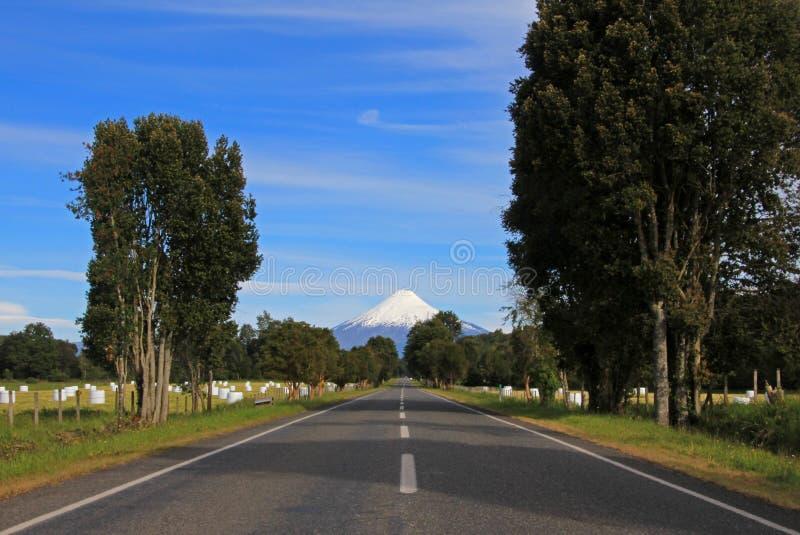 Дорога водя к вулкану Osorno, Патагонии, Чили стоковая фотография rf