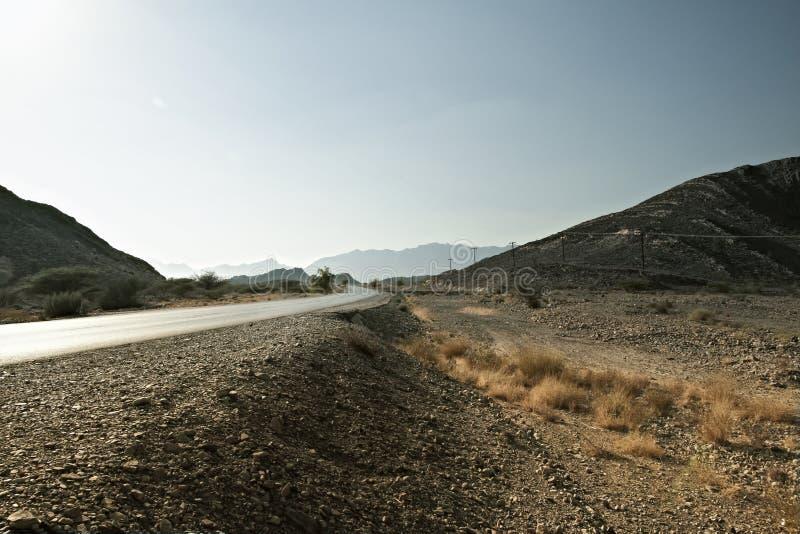 дорога водя к подделкам Jebel в горах Hajar в Омане стоковое изображение rf