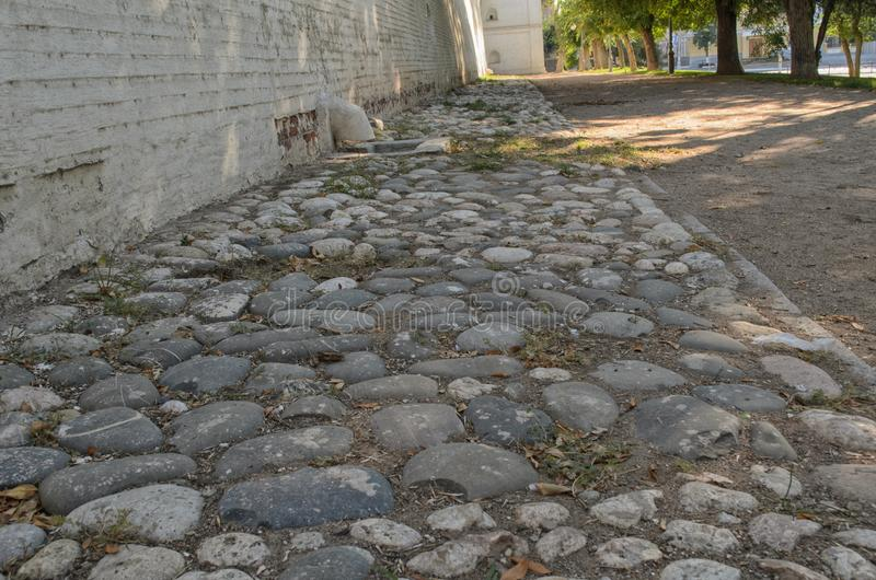 Дорога вымощена камнем вдоль городища стоковая фотография rf
