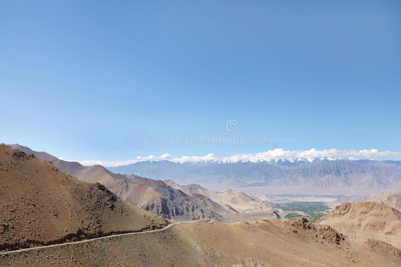 Дорога высекаенная в ряде Ladakh, HDR стоковое фото