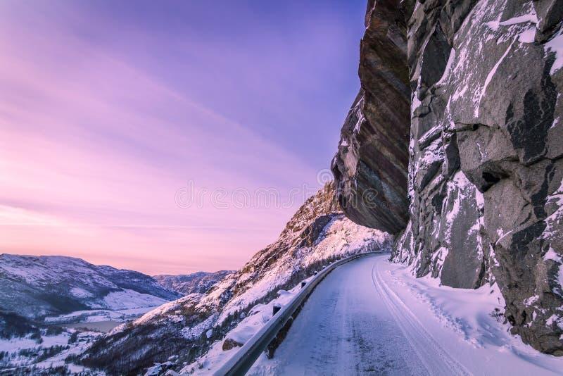 Дорога высокая в горах, ландшафт зимы в Норвегии стоковое изображение rf
