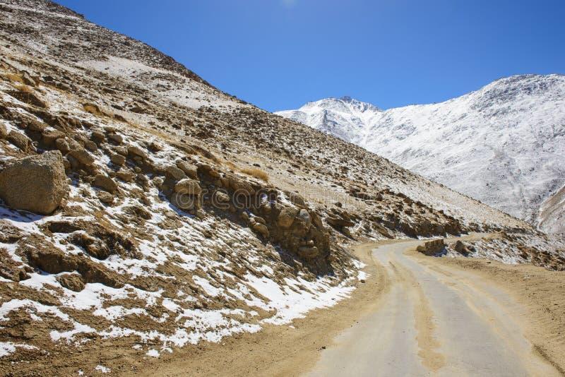 Дорога в Гималаях с горами стоковая фотография rf