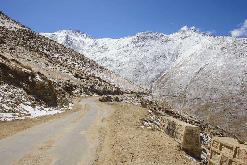 Дорога в Гималаях стоковое изображение rf