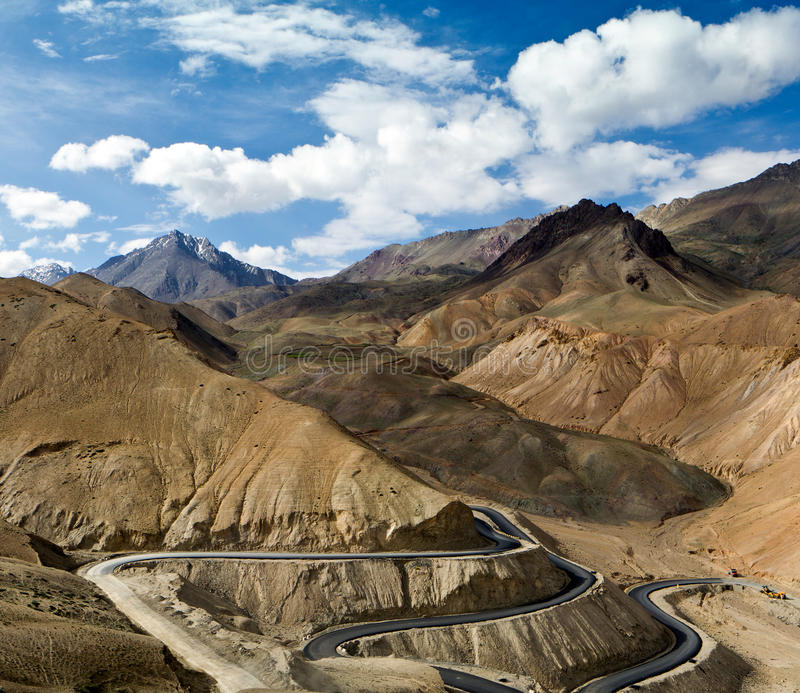 Дорога в горах Гималаев стоковая фотография