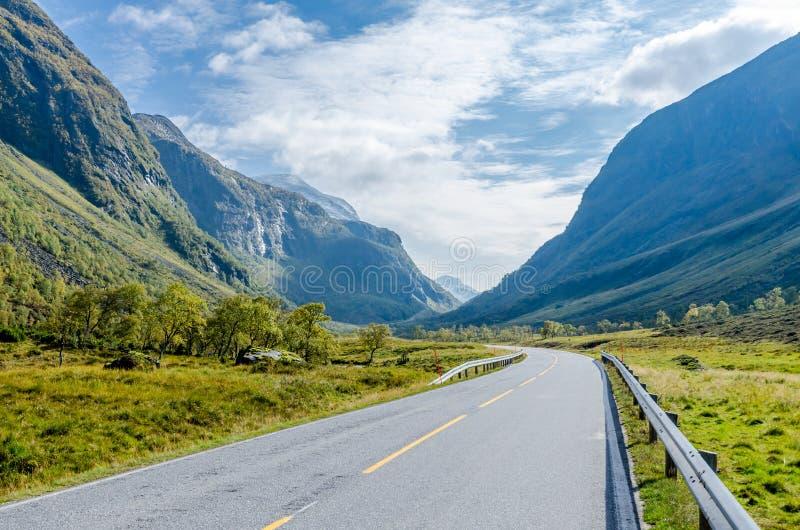 Download Дорога в горе стоковое изображение. изображение насчитывающей северно - 81808111