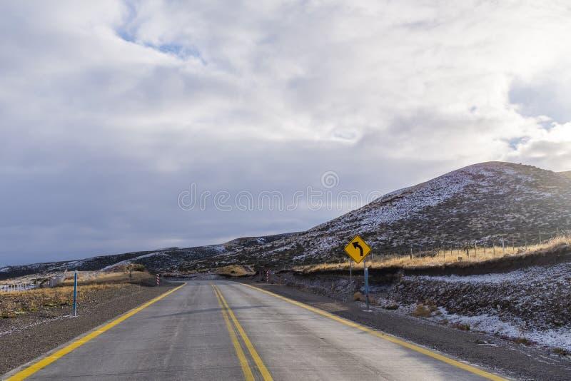 Дорога в красивом снежном Пампасе стоковое фото