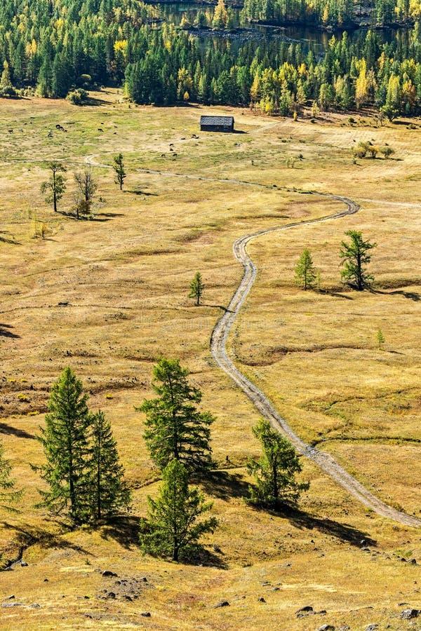 Дорога в долине реки Zhombolok стоковая фотография