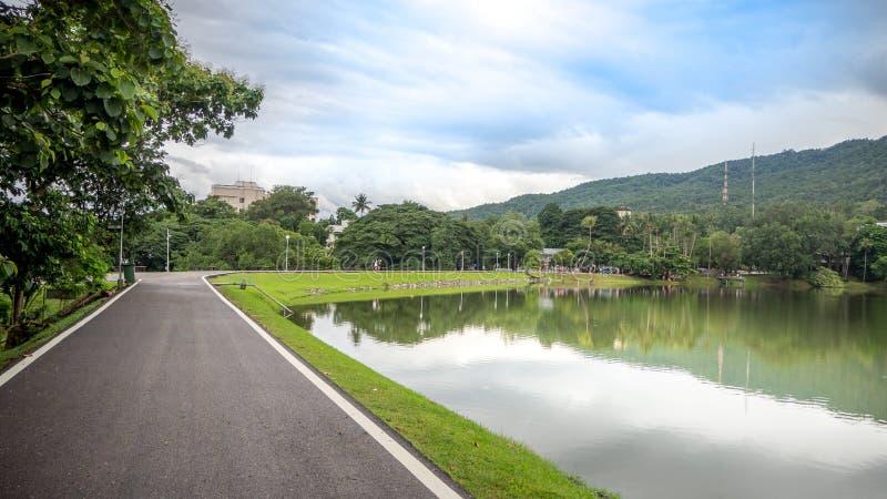 Дорога вдоль резервуара стоковое изображение