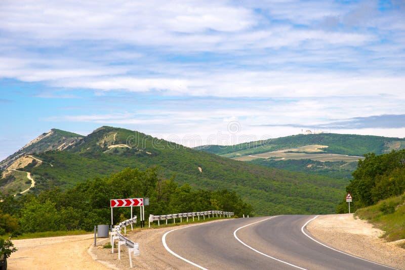 Дорога в предгорьях с старыми радиолокационными станциями Кавказа, зоной Краснодара, Россией стоковые фото