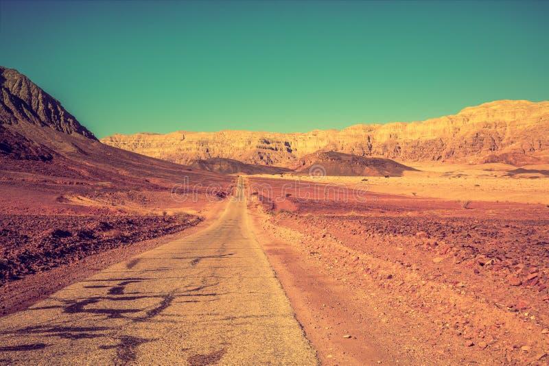 Дорога в пустыне среди гор стоковое фото