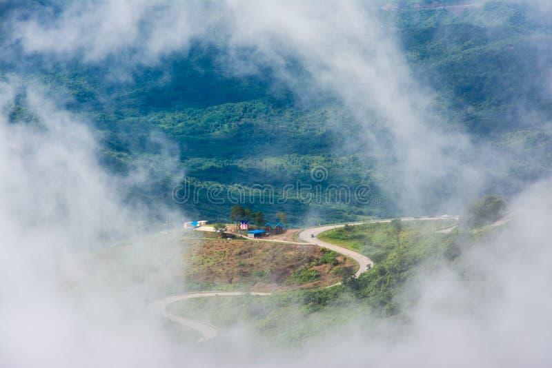 Дорога в тумане, море тумана на Phu Thap Boek, провинции Phetchabun, Таиланде стоковые изображения rf
