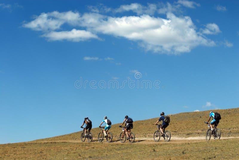 дорога горы велосипедистов сельская стоковые фотографии rf