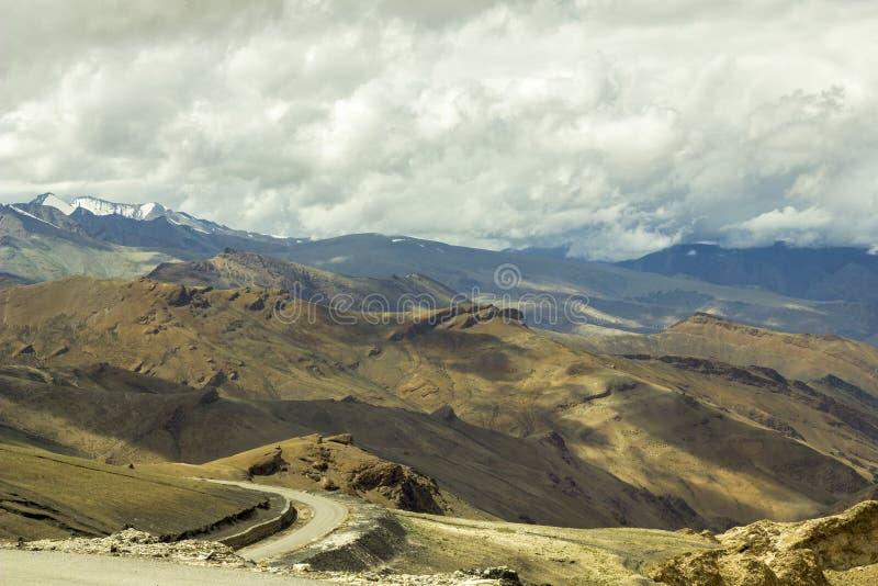 Дорога горы в районе пустыни и пиках снега стоковое фото