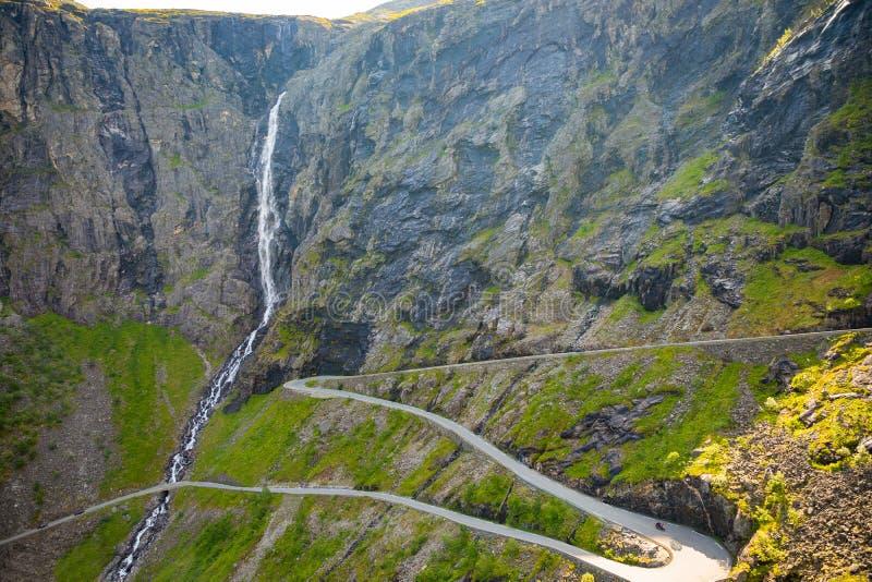 Дорога горы дороги Trollstigen известная змейчатая в норвежских горах в Норвегии стоковое изображение