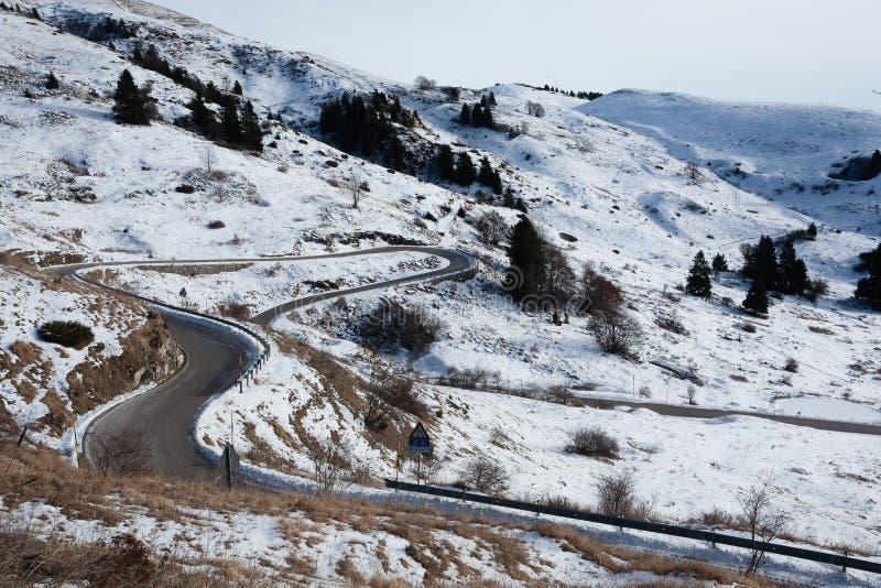 Дорога горы с кривыми в сезоне зимы стоковое изображение rf