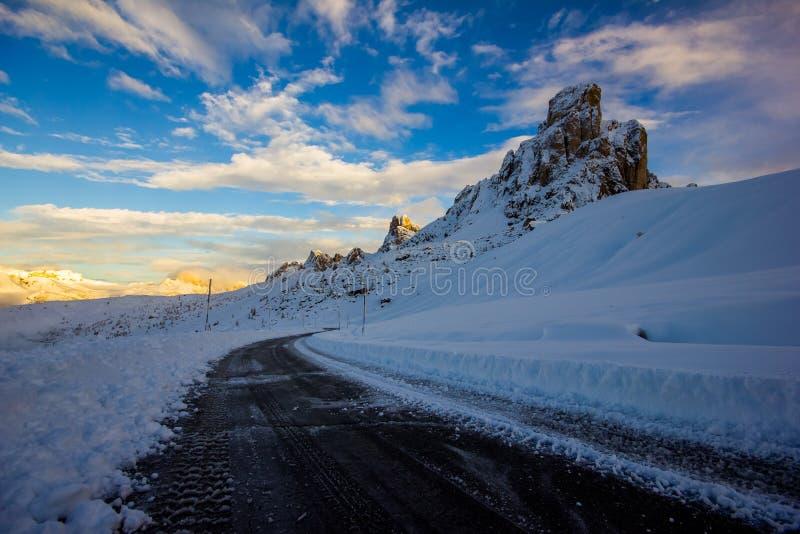 Дорога горы Snowy в ландшафте зимы около Passo Giau в доломитах, Италии стоковые фотографии rf