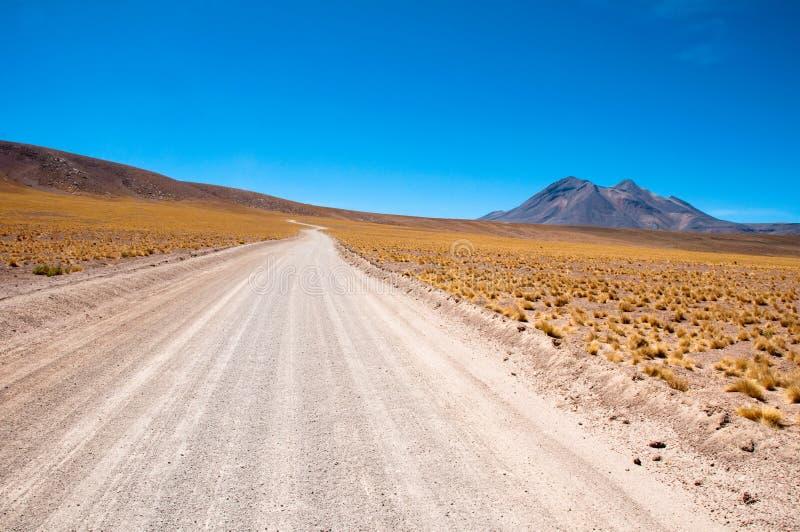Дорога гравия в пустыне Atacama, чилеански стоковые фото