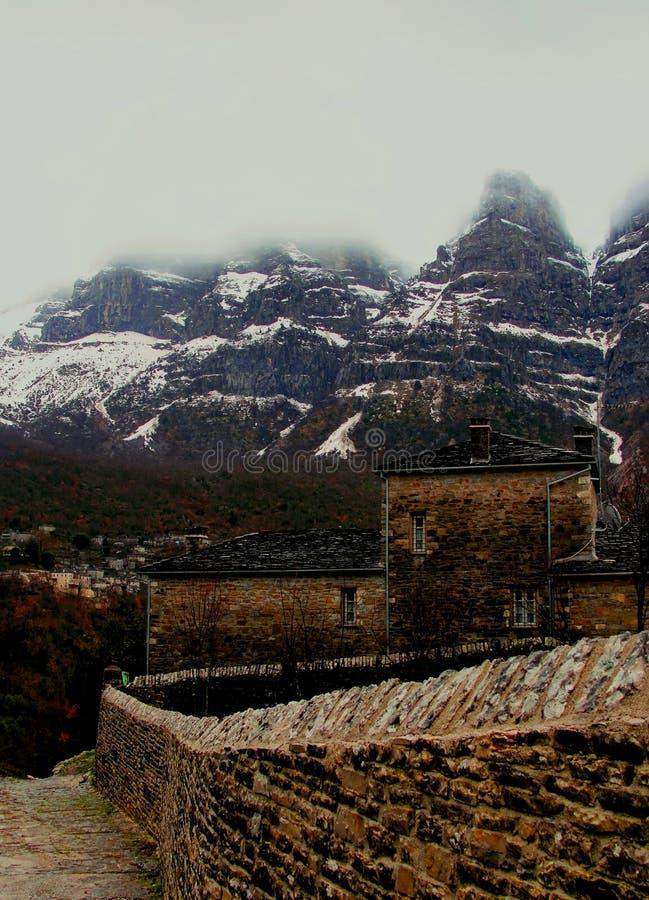 Дорога деревни к верхним частям горы Snowy стоковые фотографии rf
