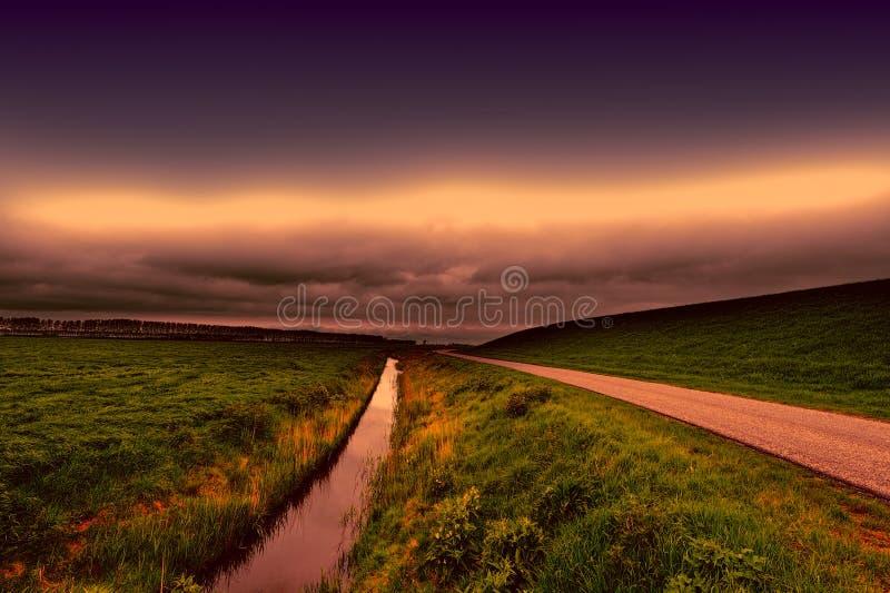 Дорога, запруда и канал в Голландии стоковые изображения rf