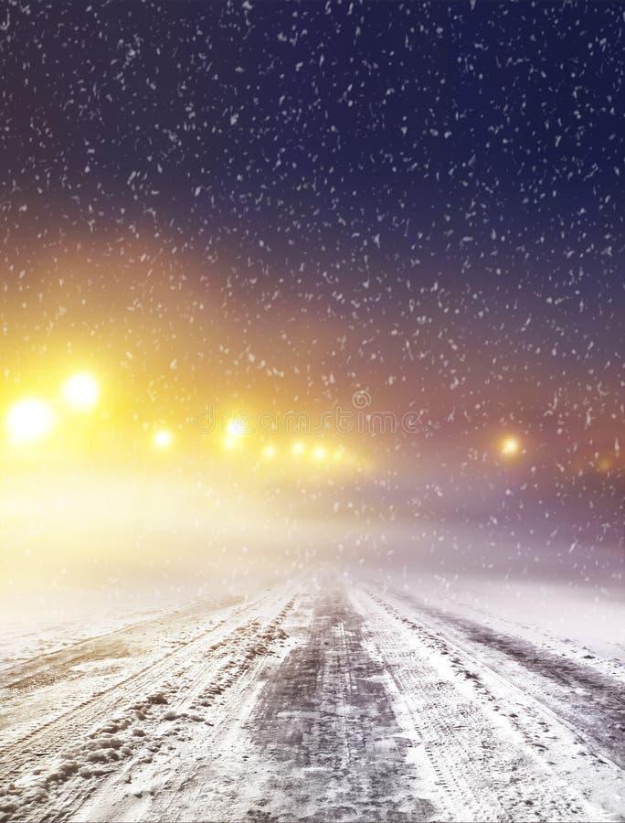 Дорога зимы на ноче стоковые фотографии rf