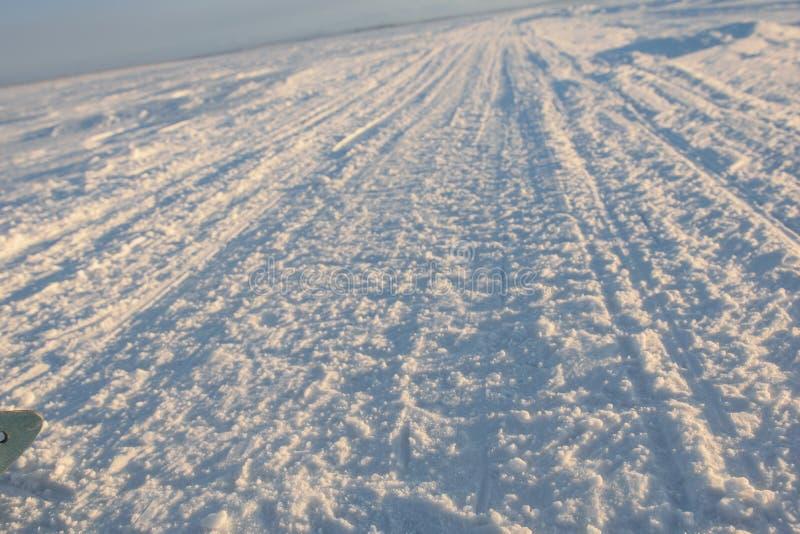 Дорога зимы через озеро в русском Лапландии, полуострове Kola стоковое изображение rf