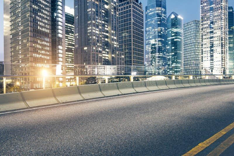 Дорога и город стоковая фотография