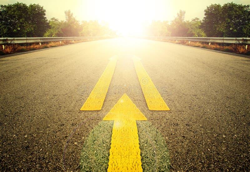 Дорога и желтая стрелка стоковые изображения