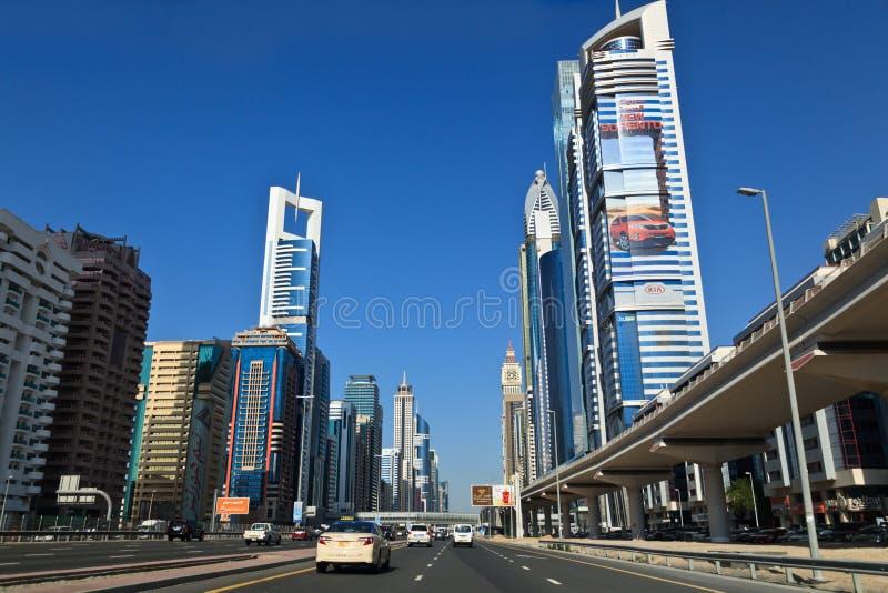 Дорога и небоскребы в Дубае стоковое изображение