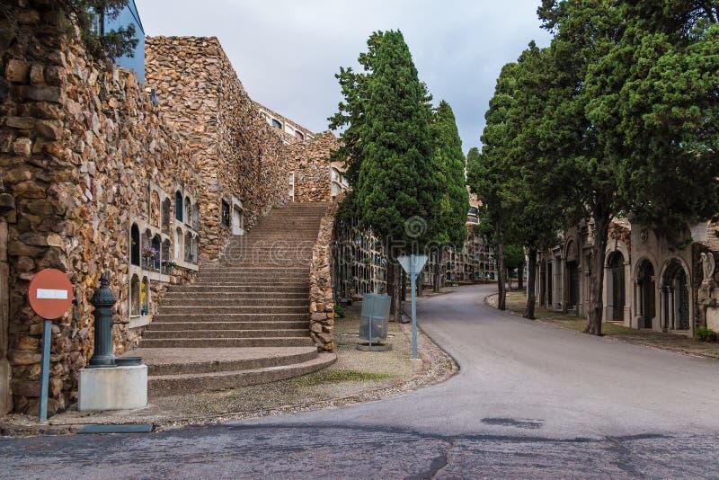 Дорога и стены с могилами на кладбище Montjuic, Барселоне, Испании стоковая фотография rf