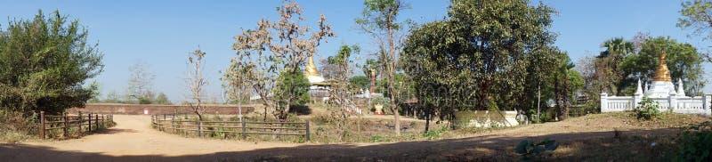 Дорога и stupas стоковое фото rf