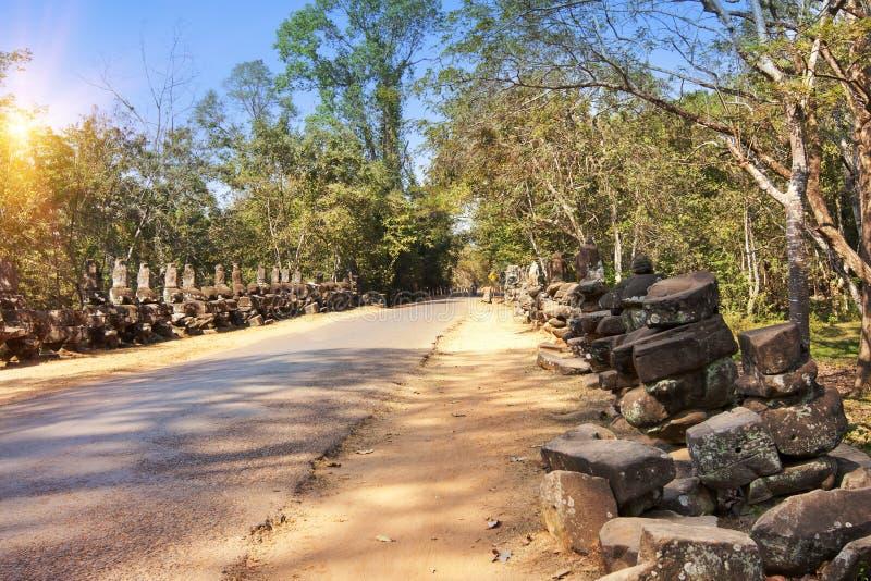 Дорога к виску и руинам статуй, двенадцатого века, Камбоджи стоковое изображение