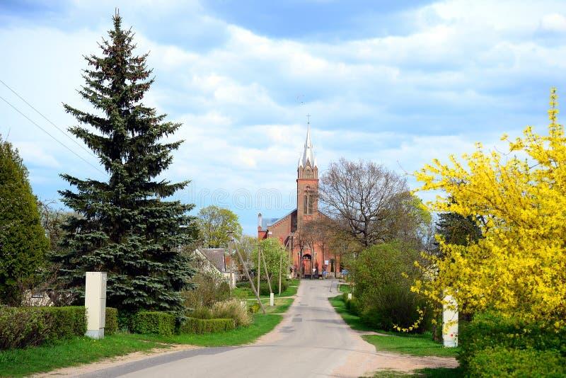 Дорога к церков в городке Viesintos стоковая фотография