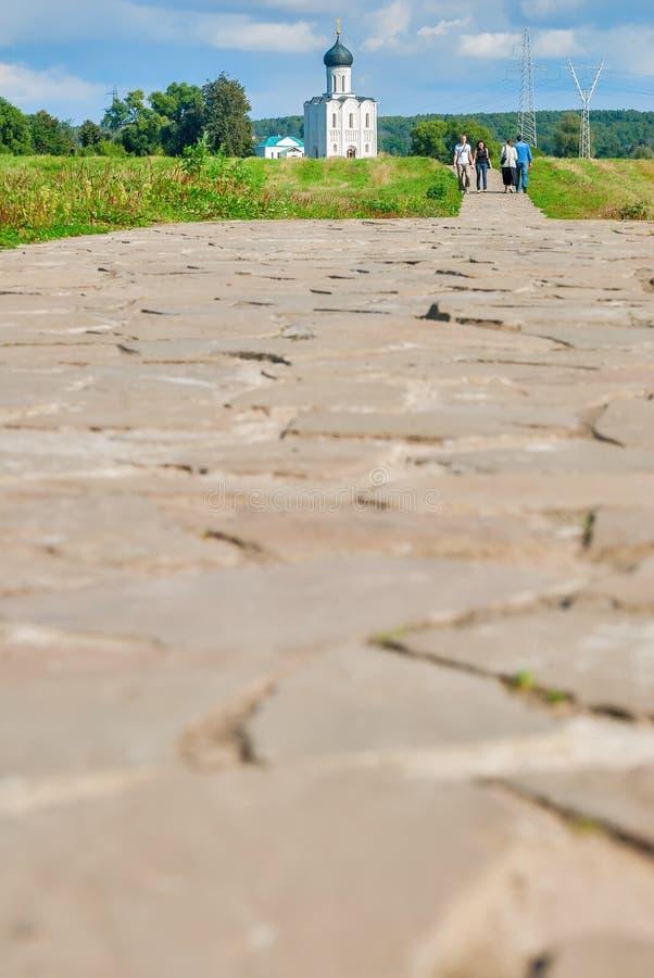 Дорога к церков заступничества на реке Nerl стоковое фото