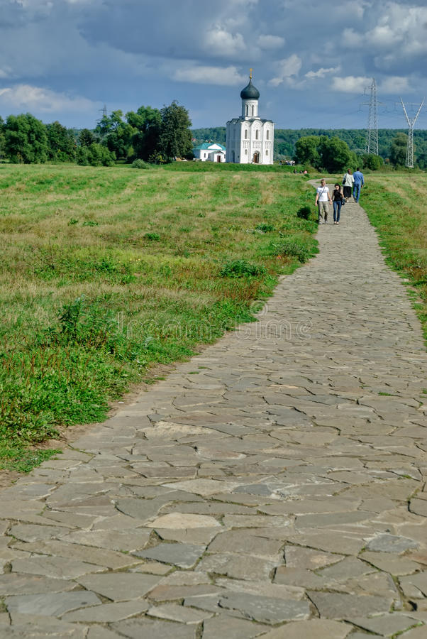 Дорога к церков заступничества на реке Nerl стоковое фото rf