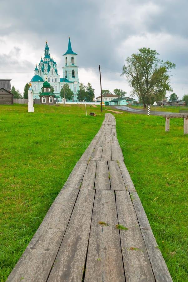 Дорога к церков Transfiguration n Sinyachikha стоковые изображения