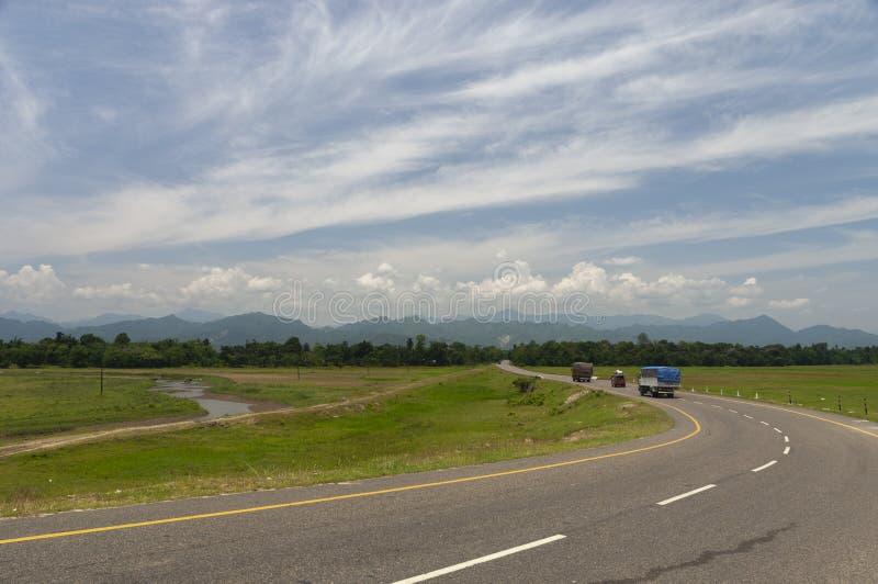 Дорога местного значения присоединяясь к Assa и Аруначал-Прадешу, Tinsukia, Асому стоковое изображение
