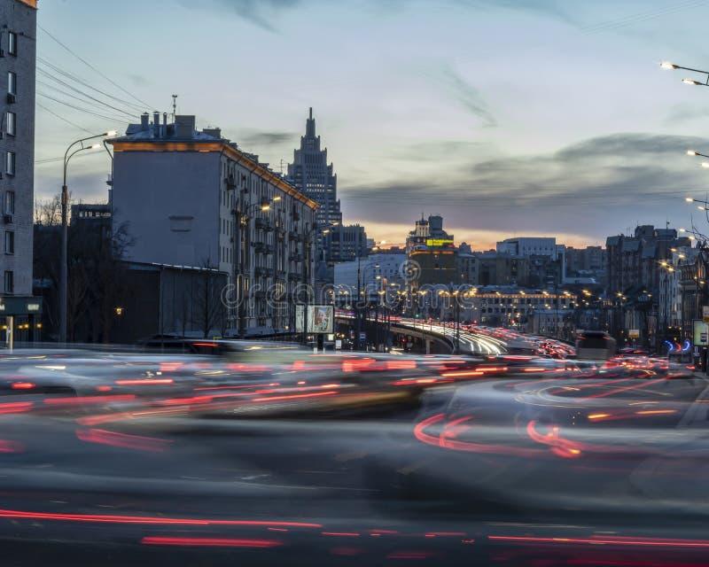 Дорога моста взаимообмена с чертами света автомобиля Нашивки света но стоковое изображение