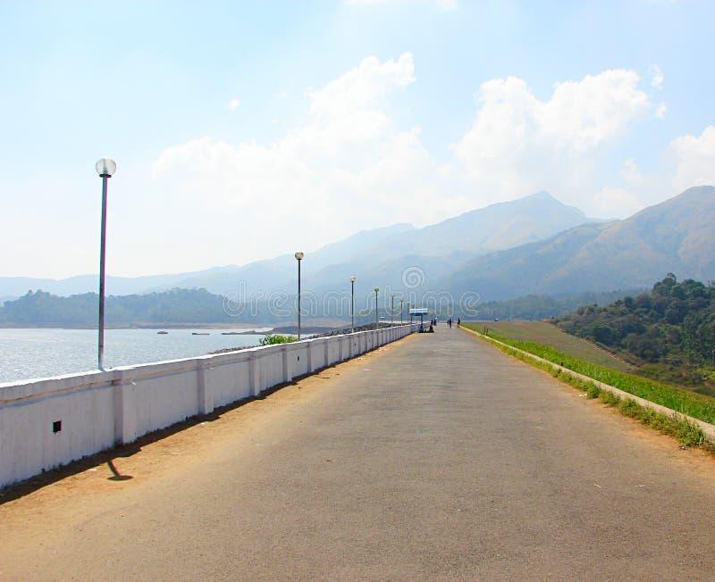 Дорога на запруде Banasura Sagar с холмами в предпосылке, Wayanad, Керале, Индии стоковое изображение