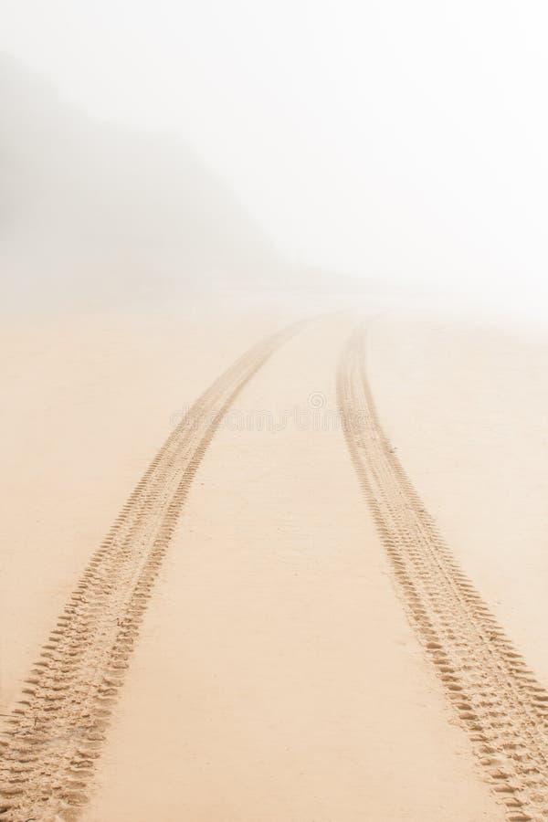 Дорога на песке идет fog стоковые изображения