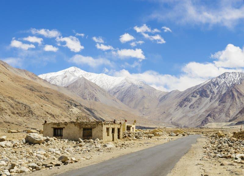 Дорога на равнинах в Гималаях стоковое изображение