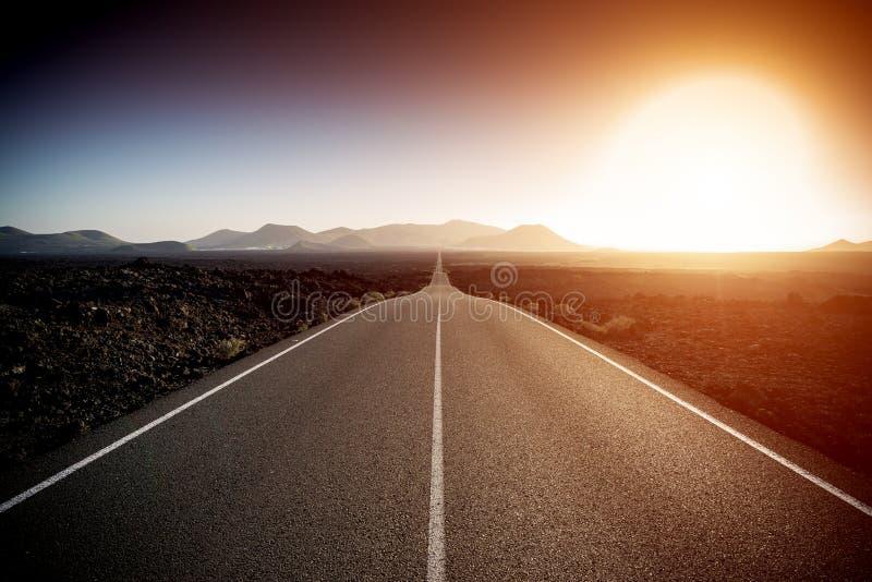 Дорога на солнечный летний день стоковая фотография rf