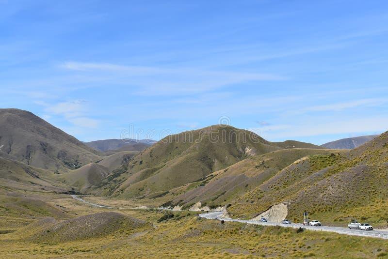Дорога Новой Зеландии между горами стоковое изображение