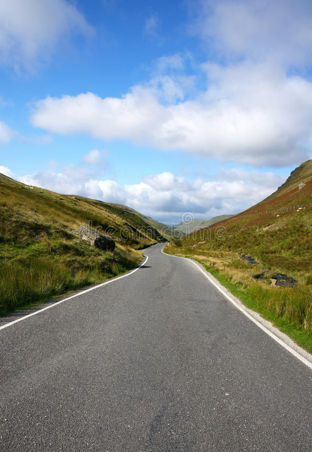 дорога одиночная Великобритания вэльс майны страны узкая стоковая фотография